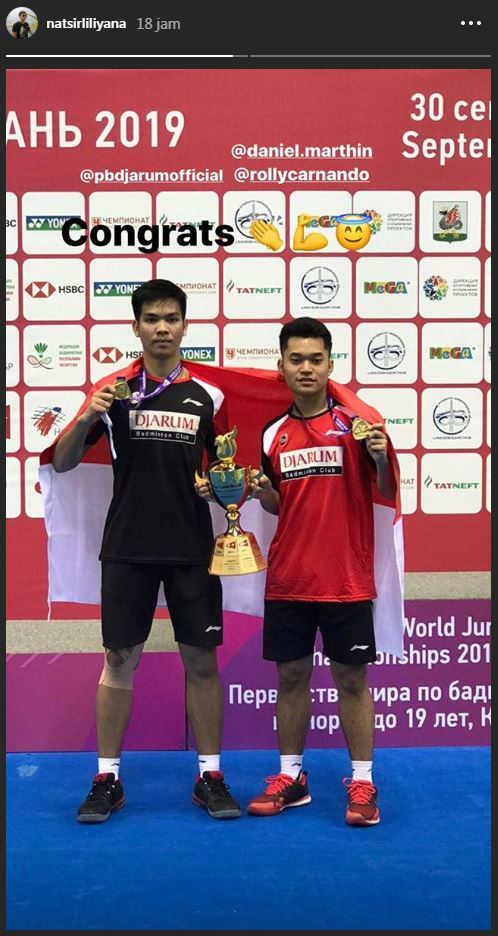 Liliyana Natsir ucapkan selamat kepada pasangan ganda putra junior Indonesia Leo Rolly Carnando/Daniel Marthin setelah keduanya berhasil merengkuh gelar juara Kejuaraan Dunia Junior (WJC) di Kazan, Rusia. Copyright: Instagram/Liliyana Natsir