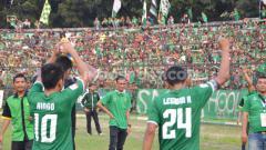 Indosport - Skuat PSMS Medan memberikan salam hangat kepada suporter di Stadion Teladan, Medan.