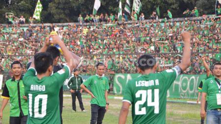 Para pemain PSMS Medan memberikan salam hangat kepada suporter di Stadion Teladan, Medan. - INDOSPORT