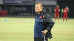 Indosport - Pelatih Timnas Vietnam, Park Hang-seo, melakukan sesi uji lapangan di Stadion Kapten I Wayan Dipta Gianyar menjelang laga Kualifikasi Piala Dunia 2022.