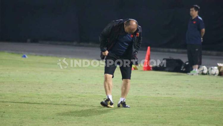 Pelatih Timnas Vietnam, Park Hang-seo saat merapikan bagian rumput yang mengelupas pada sesi uji lapangan di Stadion Kapten I Wayan Dipta Gianyar, Bali. Copyright: Nofik Lukman Hakim/INDOSPORT
