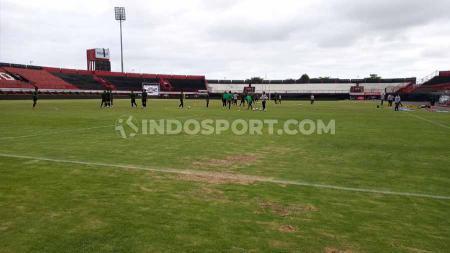 Ada 14 kursi stadion Kapten I Wayan Dipta Gianyar, Bali dikabarkan rusak usai laga final Liga U-20 antara Persebaya U-20 vs Barito Putra U-20 Sabtu (12/10/19) lalu. - INDOSPORT