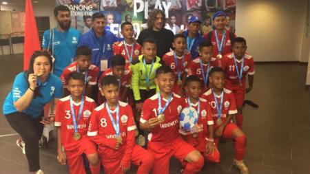 Tim Indonesia 2019 berfoto bersama Brand Ambassador Danone Nations Cup sekaligus pesepakbola senior, Carles Puyol. - INDOSPORT