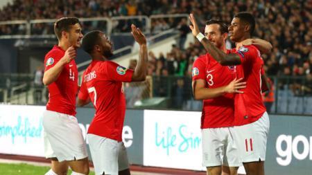 Para pemain Inggris merayakan gol yang dicetak oleh Marcus Rashford. - INDOSPORT