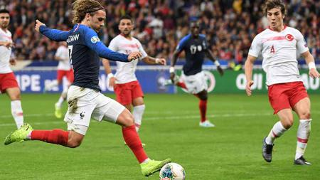 Antoine Griezmann saat ingin menendang bola di laga Prancis vs Turki. - INDOSPORT