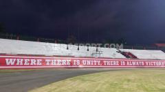 Indosport - Tribun utara Stadion Kapten I Wayan Dipta, Gianyar, Senin (14/10/19) malam.