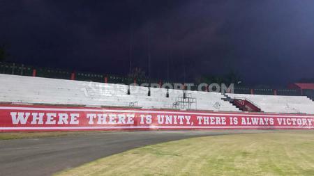 Tribune utara Stadion Kapten I Wayan Dipta, Gianyar, Senin (14/10/19) malam. - INDOSPORT