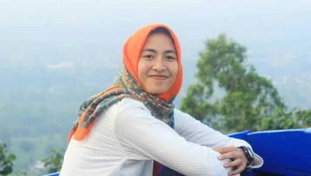 Senyum manis ditampakan pemain Liga 1 putri asal Arema, Alzahna Firzalvia di salah satu wisata.