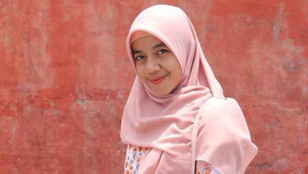 Senyum manis Rika Mai pemain Liga 1 putri Bali United mengenakan kerudung warna pink
