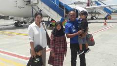 Indosport - Pelatih Sriwijaya FC, Kas Hartadi, bersama keluarga