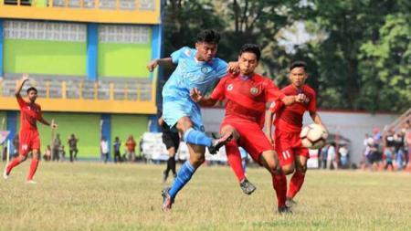 Pemain Persiku (biru) saat Berhadapan dengan Pemain Persibas di Partai Semifinal Liga 3 Zona Jawa Tengah. - INDOSPORT