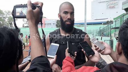 Pemain Persipura Jayapura yang berstatus pinjaman, Sylvano Comvalius, sempat bepergian di sejumlah tempat jelang Liga 1 2020. - INDOSPORT