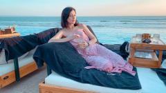 Indosport - Foto Kimberly Ryder sedang bersantai di pinggir pantai.