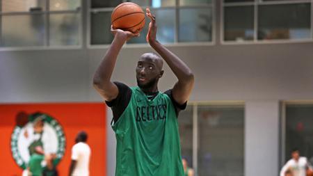 Pemain rookie, Tacko Fall memikat perhatian klub NBA Boston Celtics. Ia pun akhirnya dihadiahi two-way kontrak oleh Celtics. - INDOSPORT