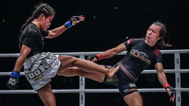 Petarung kelas atom wanita Indonesia, Priscilla Hertati Lumban Gaol (kanan) saat bertarung di ring MMA beberapa waktu lalu. Copyright: Media Humas MMA