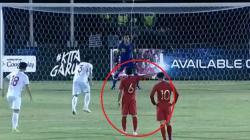 Evan Dimas memberikan arahan kepada Muhammad Ridho di laga Kualifikasi Piala Dunia 2022 antara Timnas Indonesia vs Vietnam.