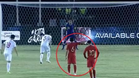 Evan Dimas memberikan arahan kepada Muhammad Ridho di laga Kualifikasi Piala Dunia 2022 antara Timnas Indonesia vs Vietnam. - INDOSPORT
