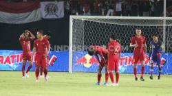 Para pemain Timnas Indonesia terlihat tertunduk lesu usai dipermalukan Vietnam dengan skor akhir 3-1 di laga lanjutan Grup G Kualifikasi Piala Dunia 2022, Selasa (15/10/19) malam.