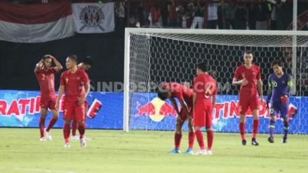 Para pemain Timnas Indonesia terlihat tertunduk lesu usai dipermalukan Vietnam dengan skor akhir 3-1 di laga lanjutan Grup G Kualifikasi Piala Dunia 2022, Selasa (15/10/19) malam. - INDOSPORT