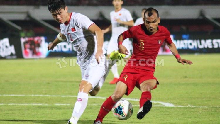 Riko Simanjuntak berusaha mempertahankan bola dalam pertandingan lanjutan Grup G Kualifikasi Piala Dunia 2022 antara Timnas Indonesia vs Vietnam, Selasa (15/10/19) malam. Copyright: Nofik Lukman/INDOSPORT