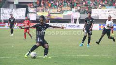 Indosport - Pemain PSIS Semarang, Heru Setyawan saat ingin menendang bola di laga Persija vs PSIS.
