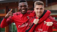Indosport - Pemain AC Milan, Krzysztof Piatek (kanan), memberikan balasan tak terduga terhadap guyonan body shaming yang dilontarkan Rafael Leao di ruang ganti.