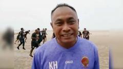 Indosport - Pelatih Sriwijaya FC, Kas Hartadi, memimpin latihan tim di Pantai Pasir Padi, Pangkalpinang.