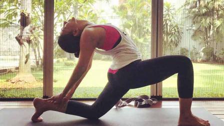 Pemanasan yang dilakukan Wanda Hamidah di salah satu tempat yoga.