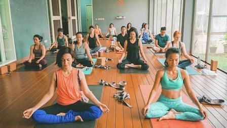 Wanda Hamidah (kaos oren) melakukan gerakan yoga untuk pemula diawali dengan duduk dengan gaya bersila dengan meletakkan kedua tangan tepat diatas lutut.