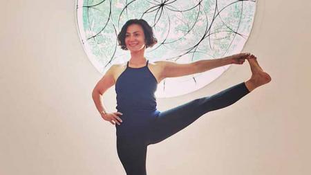 Wanda Hamidah melakukan olahraga yoga di salah satu tempat. - INDOSPORT