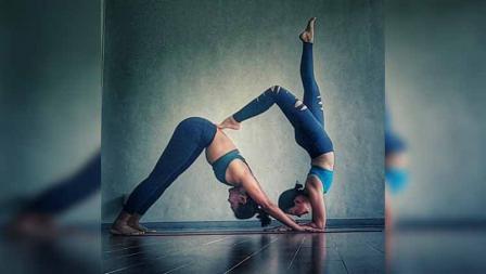 Wanda Hamidah melakukan yoga dengan rekannya.