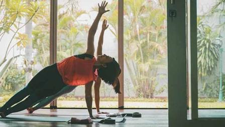 Wanda Hamidah melakukan yoga tidak sendiri melainkan ditemani rekannya.