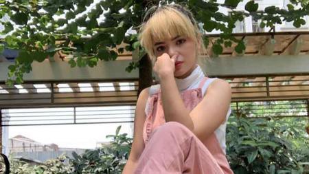 DJ seksi Dinar Candy menunjukkan momen dirinya tengah bersepeda di Gelora Bung Karno (GBK). - INDOSPORT
