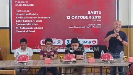 Syamsuddin Umar (berdiri paling kanan) saat menjadi pembicara pada dialog 'Ada Apa Dengan PSM?' yang diadakan oleh kelompok suporter Red Gank. - INDOSPORT