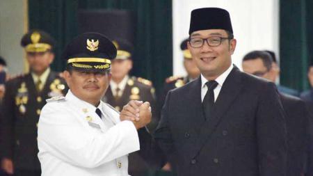 Bupati Indramayu Supendi saat dilantik Ridwan Kamil - INDOSPORT
