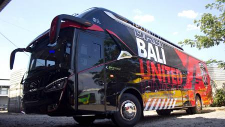 Bali United resmi memperkenalkan official bus yang akan membawa para pemain di perjalanan darat. - INDOSPORT