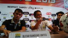 Indosport - Pelatih Blitar Bandung United, Budiman (tengah) saat konferensi pers di Graha Persib, Jalan Sulanjana, Kota Bandung, Rabu (16/10/2019).