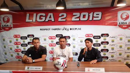 Widodo C. Putro dan Asep Budi saat preskon jelang laga Blitar Bandung United vs Persita Tangerang di Liga 2 2019. - INDOSPORT