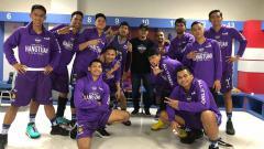 Indosport - Penggawa Amartha HangTuah berpose bersama Coach Bedu usai coach Bedu mengundurkan diri jelang bergulirnya IBL 2020.