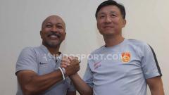 Indosport - Pelatih Timnas Indonesia U-19 Fakhri Husaini dan pelatih China U-19 Yaodong Cheng. Saat konfrensi pers pada Rabu (16/10/19).