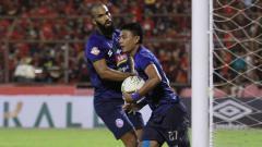 Indosport - Selebrasi pemain Arema FC, Dedik Setiawan usai mencetak gol ke gawang PSM Makassar.