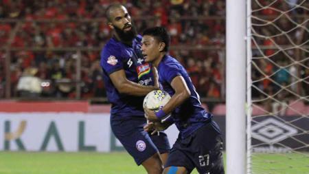 Selebrasi pemain Arema FC, Dedik Setiawan usai mencetak gol ke gawang PSM Makassar. - INDOSPORT