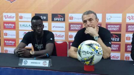 Pelatih Arema FC, Milomir Seslija dan Makan Konate menghadiri sesi konferensi pers setelah melawan PSM Makassar. - INDOSPORT
