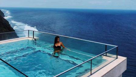 Momen Paula Milla menikmati pemandangan laut di Bali.