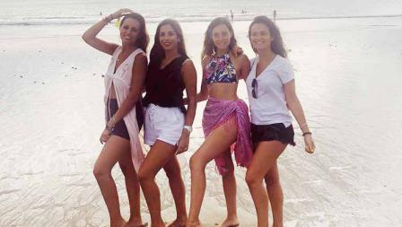 Paula Milla (kiri kedua) melakukan sesi foto bersama temannya di salah satu pantai.