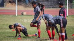 Indosport - Para pemain Persis Solo saat menjalani sesi berlatih di Stadion Sriwedari.