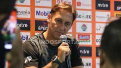 Indosport - Pelatih Persebaya Surabaya, Wolfgang Pikal saat konfrensi pers jelang menghadapi Persib Bandung di Liga 1 2019.