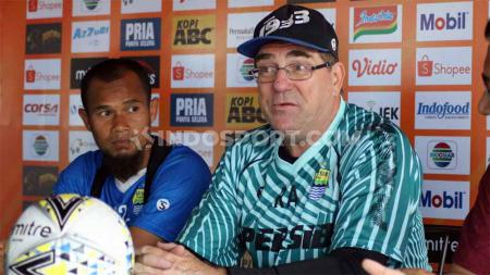 Pelatih Persib Bandung, Robert Rene Albert dan kapten Persib, Supardi saat konfrensi pers pasca-laga Liga 1 2019. - INDOSPORT