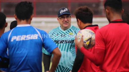 Pelatih Persib Bandung, Robert Rene Alberts mememberkan rencana timnya selama masa persiapan, sebelum mengarungi lanjutan kompetisi Liga 1 2020. - INDOSPORT
