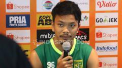 Indosport - Pemain gelandang Persebaya, M Hidayat saat konferensi pers.